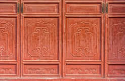 Las puertas talladas de madera chinas rojas antiguas del templo Imagen de archivo