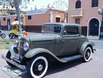 Las puertas verdes del cupé dos de Ford De Luxe mostraron en Lima Imágenes de archivo libres de regalías
