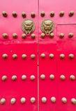 Las puertas y las manetas rojas imagen de archivo