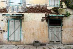 Las puertas y las ventanas alrededor de Kota Lama Old Town, Semarang, Ind Foto de archivo libre de regalías