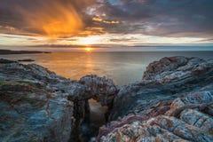 Las puestas del sol en el mar de las costas y de las playas de Galicia y de Asturias fotos de archivo