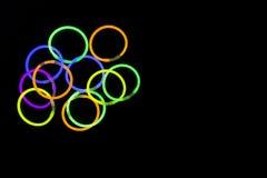Las pulseras hechas con resplandor pegan luces fluorescentes Foto de archivo libre de regalías