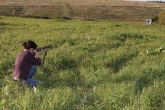 Las punterías de la muchacha de un arma foto de archivo libre de regalías