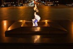 Las quemaduras eternas de la llama en la noche cerca del monumento imagen de archivo