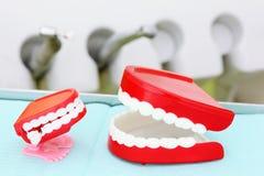 Las quijadas están en el fondo de instrumentos dentales Fotografía de archivo