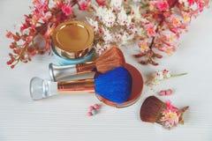 Las ramas allí blancas y rosadas del árbol de castaña, del polvo de bronce con Mirrow y Make Up Brown y de los cepillos azules co Fotos de archivo
