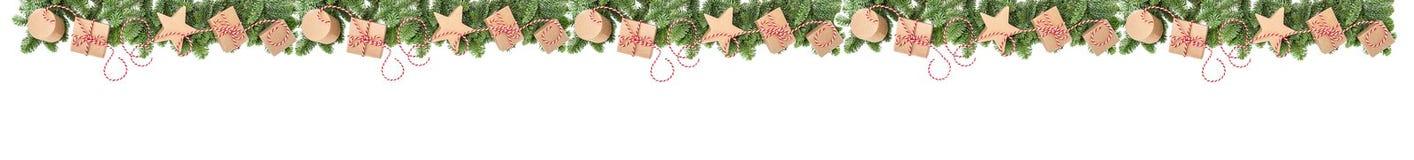 Las ramas de árbol de pino de las cajas de regalo de la decoración de la Navidad confinan la bandera imagen de archivo libre de regalías