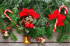 Las ramas de árbol de navidad y el Año Nuevo adorna el fondo vertical Imagen de archivo libre de regalías