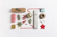 Las ramas de la picea de la bola de la caja de regalo de la composición de la decoración de la Navidad miran al trasluz el bastón Foto de archivo