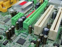 Las ranuras y los componentes del PCI en derechos de la placa madre del ordenador liberan la foto común imagenes de archivo