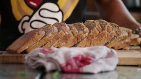 Las rebanadas de pan sirvieron en una tajadera metrajes
