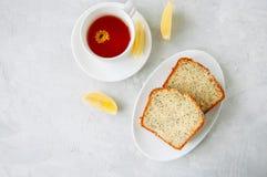 Las rebanadas de semilla de amapola hecha en casa del limón se apelmazan servido en una placa blanca Foto de archivo