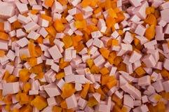 Las rebanadas de zanahorias cortaron por los cubos y las salchichas Imagen de archivo libre de regalías