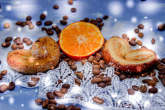 Las rebanadas del mandarín, galletas, corazones, arco 30 del cordón Foto de archivo libre de regalías
