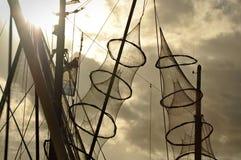 Las redes de pesca colgaron en el palo de un barco de pesca Imagen de archivo