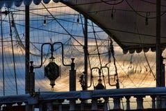 Las redes de pesca en un yate en la tarde se nublan el fondo Foto de archivo