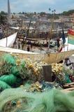 Las redes y los barcos de pesca en cabo costean la playa Fotografía de archivo