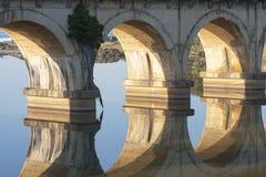 Las reflexiones del carril-puente de la madrugada en laguna en el hibisco costean en Suráfrica Foto de archivo libre de regalías