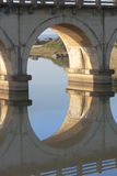 Las reflexiones del carril-puente de la madrugada en laguna en el hibisco costean en Suráfrica Imágenes de archivo libres de regalías