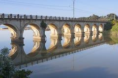 Las reflexiones del carril-puente de la madrugada en laguna en el hibisco costean en Suráfrica Fotografía de archivo libre de regalías
