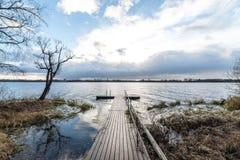 Las reflexiones en el lago tranquilo riegan con el paseo marítimo Foto de archivo libre de regalías