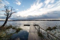 Las reflexiones en el lago tranquilo riegan con el paseo marítimo Imagen de archivo
