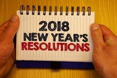 Las resoluciones de los Años Nuevos del texto 2018 de la escritura de la palabra Concepto del negocio para la lista de metas o de Imagen de archivo libre de regalías