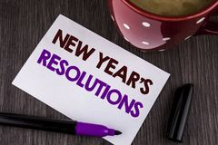 Las resoluciones de los Años Nuevos del texto de la escritura de la palabra El concepto del negocio para los objetivos de las met Imágenes de archivo libres de regalías