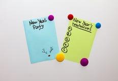 Las resoluciones del Año Nuevo enumeran la lista del partido de la nota del refrigerador y del Año Nuevo fotos de archivo libres de regalías