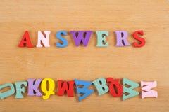 Las RESPUESTAS redactan en el fondo de madera compuesto de letras de madera del ABC del bloque colorido del alfabeto, copian el e Imagen de archivo libre de regalías