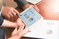 Las reuniones de negocios, documentos, análisis de ventas, análisis resultan foto de archivo libre de regalías