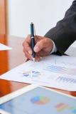 Las reuniones de negocios, documentos, análisis de ventas, análisis resultan Imágenes de archivo libres de regalías