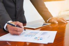 Las reuniones de negocios, documentos, análisis de ventas, análisis resultan fotos de archivo libres de regalías