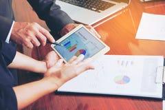 Las reuniones de negocios, documentos, análisis de ventas, análisis resultan fotografía de archivo libre de regalías
