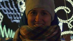 Las risas alegres de la mujer joven y dicen en invierno en la calle de la Navidad metrajes