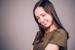 Las risas felices de una mujer con sus ojos se cerraron Felicidad, risa, sonrisa, concepto de la emoción fotos de archivo libres de regalías