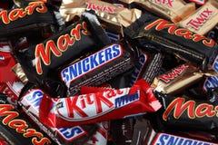 Las risitas, Marte, Twix, barras de caramelo de las miniaturas de Kit Kat apilan Imágenes de archivo libres de regalías