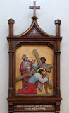 las 3ro estaciones de la cruz, Jesús caen la primera vez Fotografía de archivo
