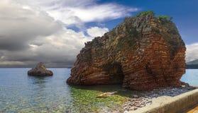Las rocas acodadas en el pueblo de Rafailovici montenegro Foto de archivo