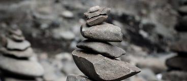Las rocas apilaron alto Imagenes de archivo