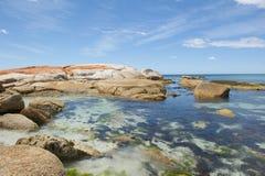 Las rocas coloridas en la bahía del fuego varan Tasmania, Australia Imágenes de archivo libres de regalías