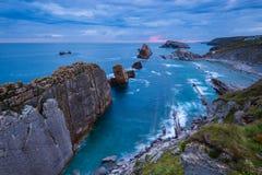 Las rocas de Arnia varan en Cantabria durante una salida del sol Fotografía de archivo