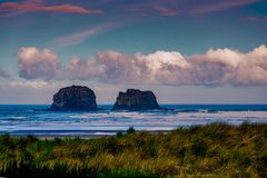 Las rocas de Rockaway en la costa de Oregon foto de archivo