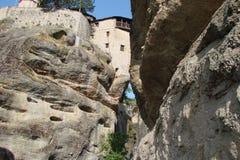 Las rocas de St Meteora en la parte central de Grecia 06 18 2014 Paisaje de la naturaleza montañosa, de acuerdos y de o religioso Imagen de archivo libre de regalías