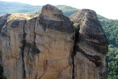 Las rocas de St Meteora en la parte central de Grecia 06 18 2014 Paisaje de la naturaleza montañosa, de acuerdos y de o religioso Foto de archivo libre de regalías