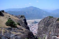 Las rocas de St Meteora en la parte central de Grecia 06 18 2014 Paisaje de la naturaleza montañosa, de acuerdos y de o religioso Fotografía de archivo