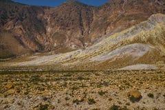 Las rocas del azufre ajardinan, actividad geotérmica, azufre amarillo, temperatura alta fotos de archivo libres de regalías