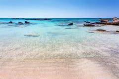 Las rocas en el agua cerca de la orilla en Elafonisi varan crete Grecia fotos de archivo libres de regalías