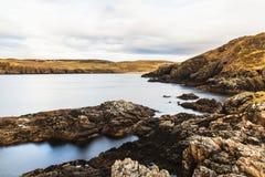 Las rocas en la costa en la bahía de Farr varan en Sutherland, Escocia imágenes de archivo libres de regalías