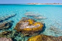 Las rocas hermosas cerca de la orilla en Elafonisi varan crete Grecia fotos de archivo libres de regalías